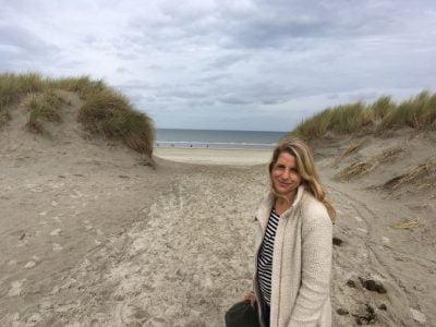 Wandelcoach Claudia Minnes aan het strand